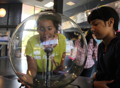 kids looking at static electricity